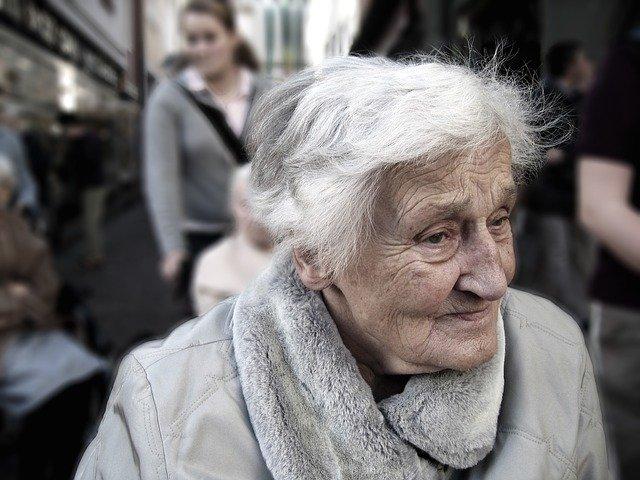 Vanha nainen kuvassa